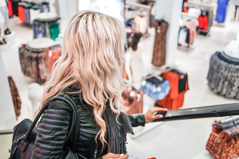 Blondína v obchode (picjumbo.com)