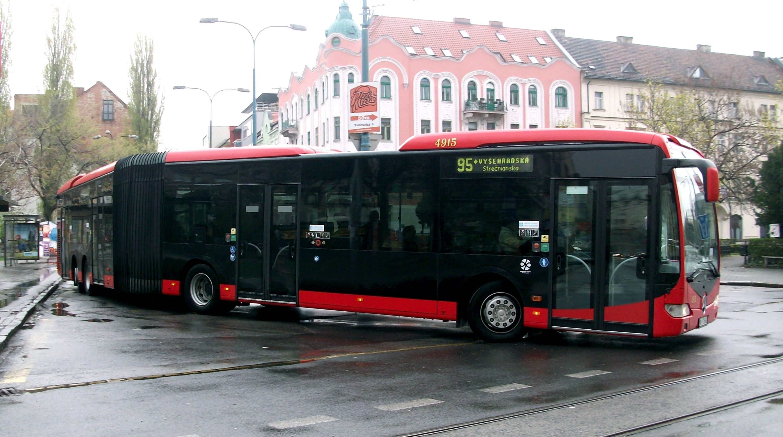 Mercedes-Benz_Capacity_leaving_a_bus_stop_Bratislava_line_95