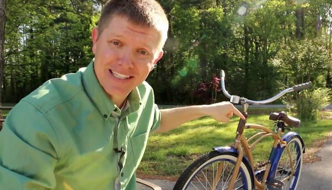 Dokázali by ste jazdiť na opačnom bicykli? Toto video s miliónmi pozretí, dokazuje, že asi nie
