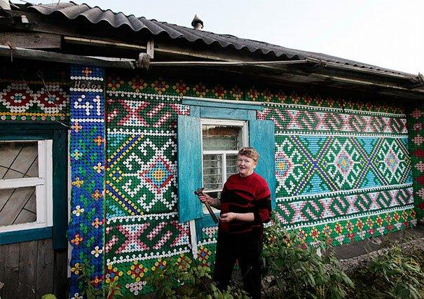 Parádne využitie pre 30-tisíc uzáverov plastových fliaš: Pozrite, ako sa dá netradične vyzdobiť dom