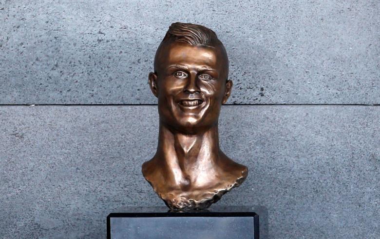 Myslíte si, že busta Cristiana Ronalda je peklo? Pozrite si ďalšie otrasné sochy známych osobností. Jednu máme aj v Košiciach!