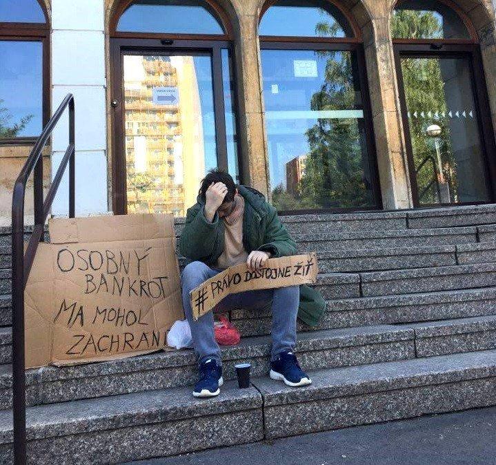 Mladý bezdomovec s transparentom upútal v Nitre pozornosť: Čo je za tým?