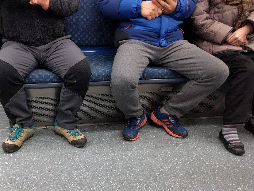 Muži, pozor! Ak neudržíte nohy pri sebe, máte vo verejnej doprave veľký problém