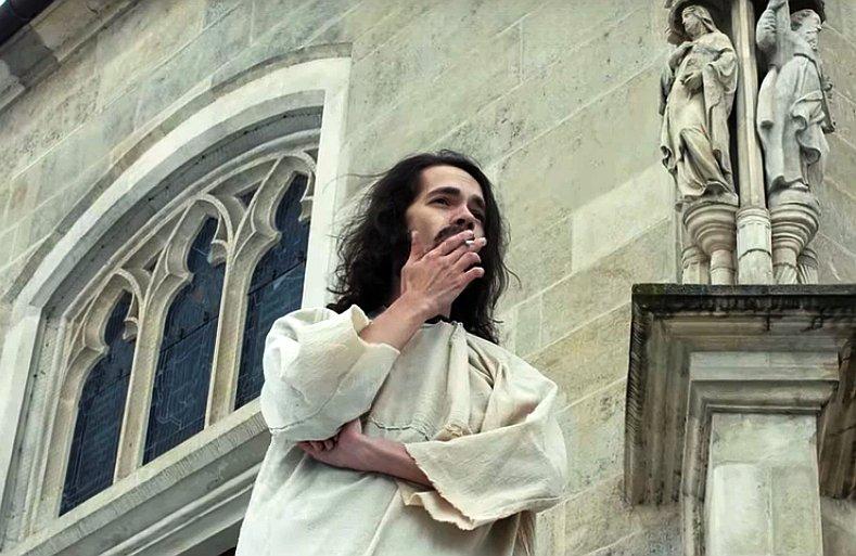 VIDEO Youtuber sa po Bratislave prechádzal oblečený ako Ježiš: Skončil u psychiatra