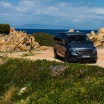 divoké severné pobrežie a v pozadí vysoké štíty Korziky