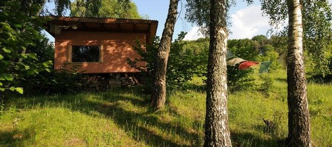 Nový turistický trend na Slovensku: Do tejto obce ľudia prichádzajú žiť potme a osamote