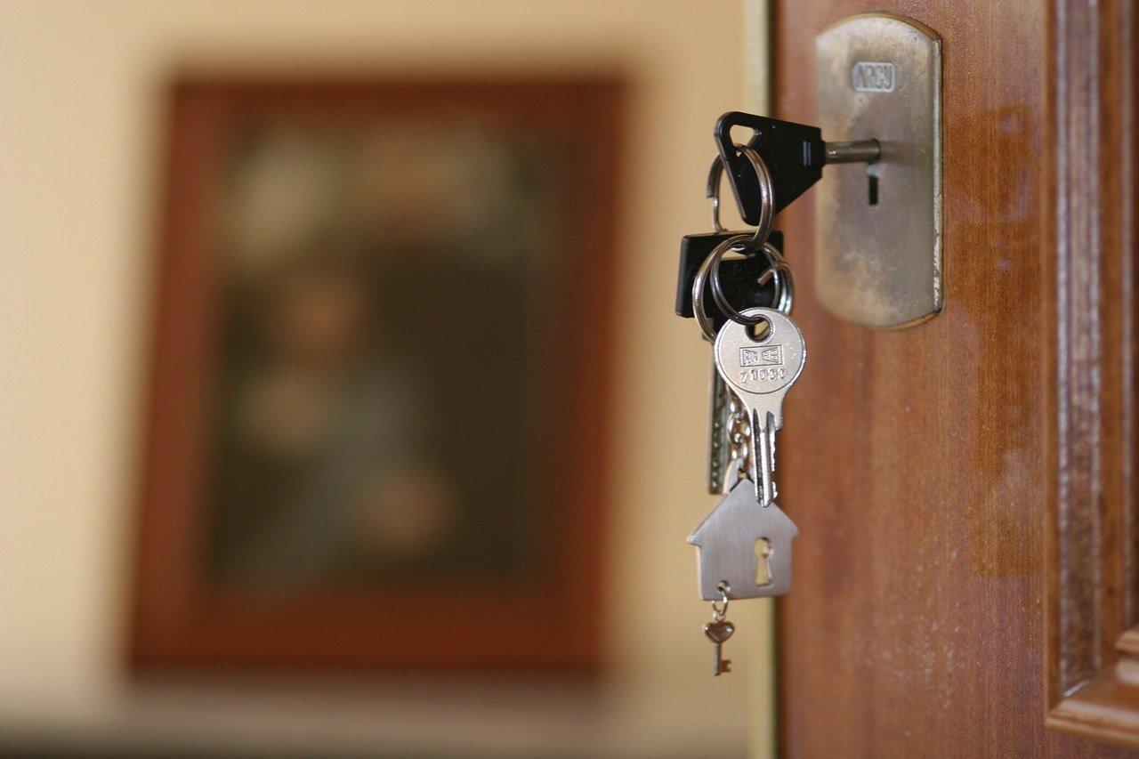 Kľúče vo dverách