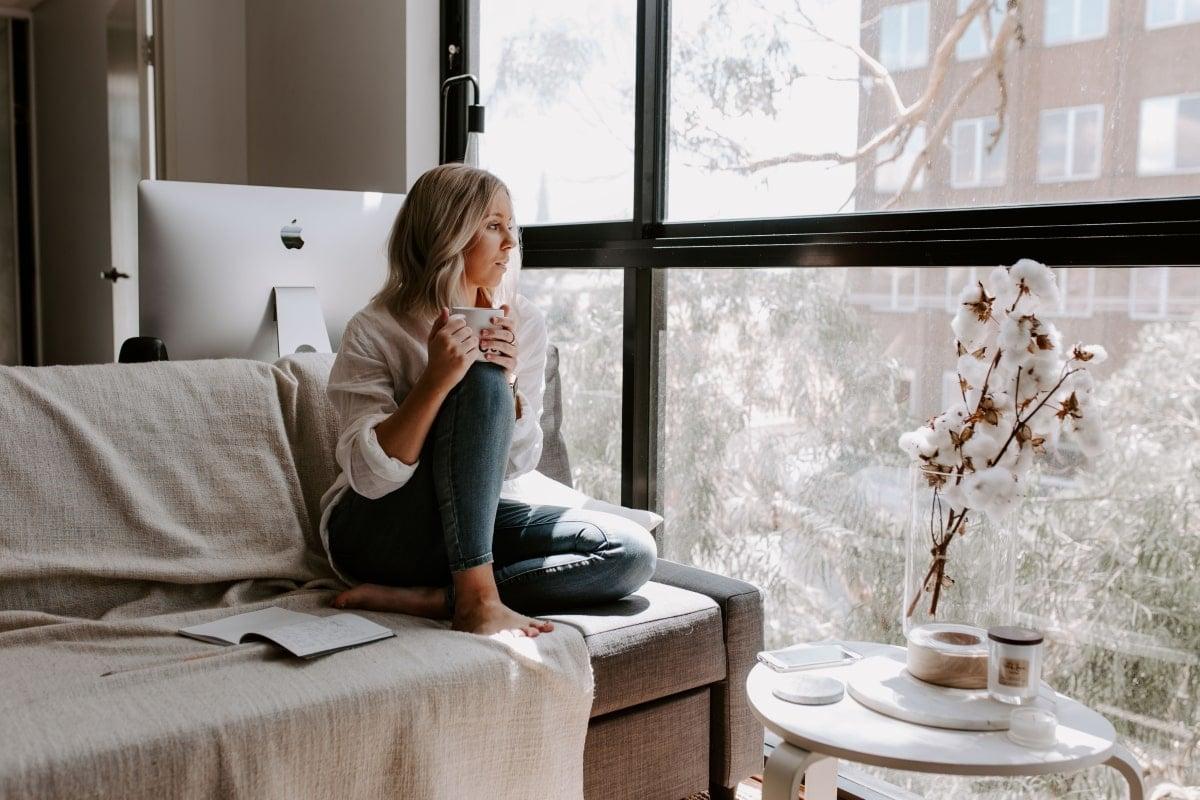 Žena na gauči