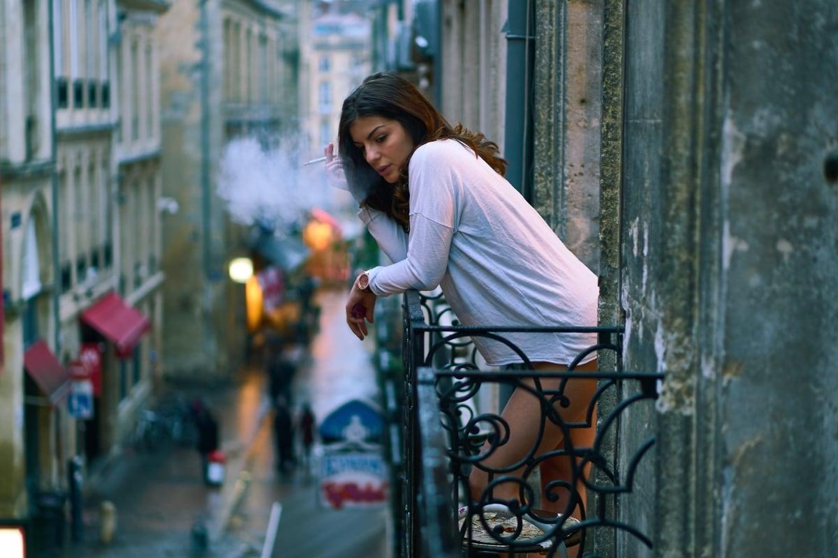 žena fajčiaca na balkóne