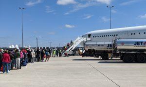 Ľudia stojaci v rade do lietadla