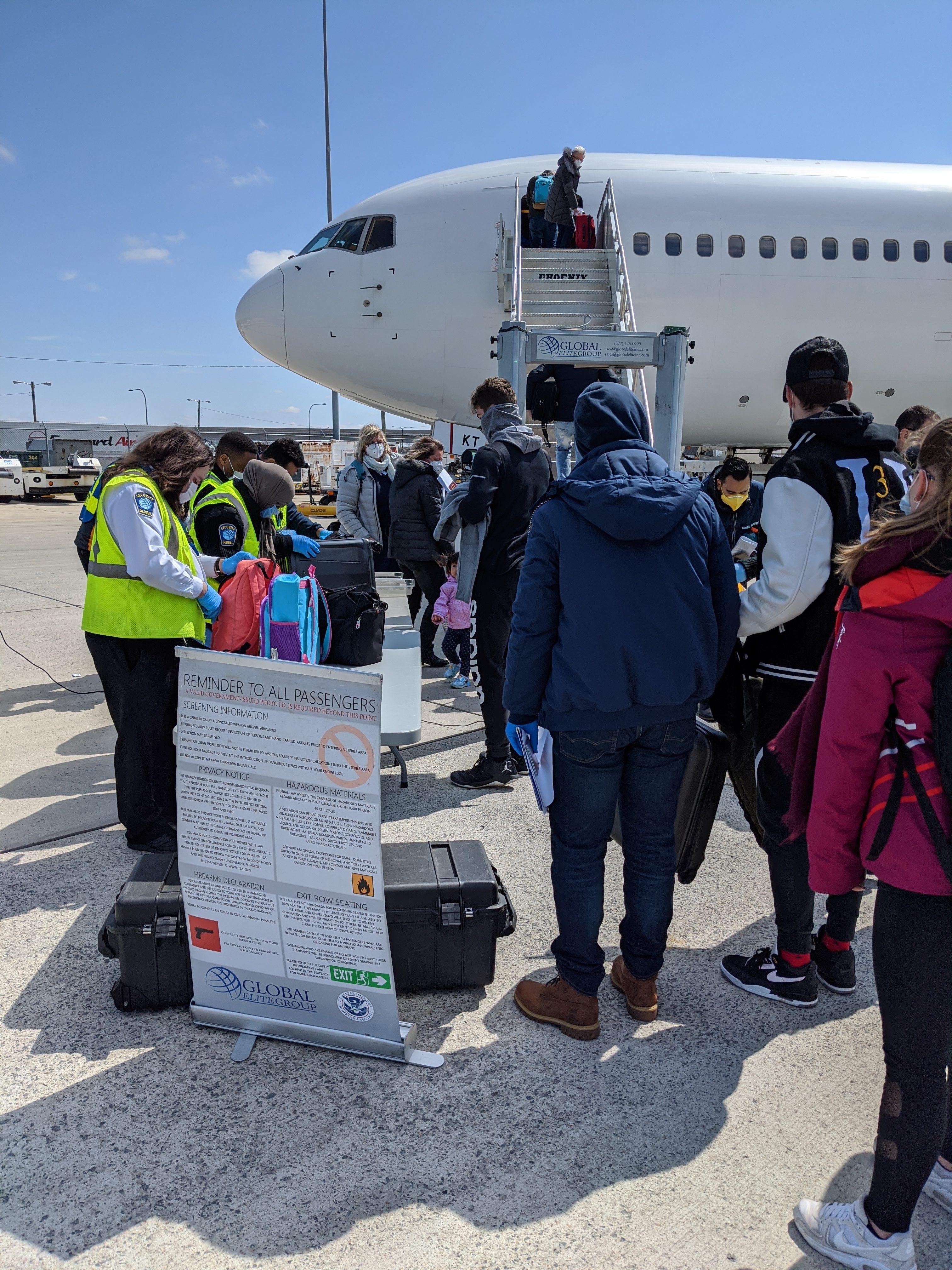 Ľudia pri lietadle pri kontrole