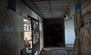 Záber na prázdnu chodbu opusteného internátu