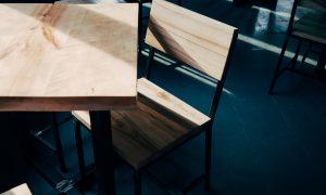 Prázdna trieda, stolička so stolom