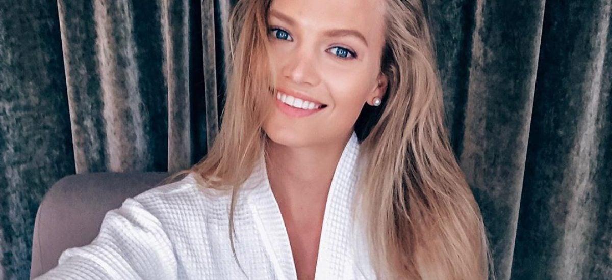 Modelka Kristína Krajčírová v župane sa usmieva