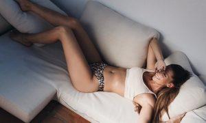 Česká speváčka Tereza Kerndlová leží na gauči v spodnom prádle
