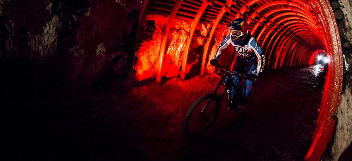 Marcelo Gutierrez na bicykli v soľnej jaskyni