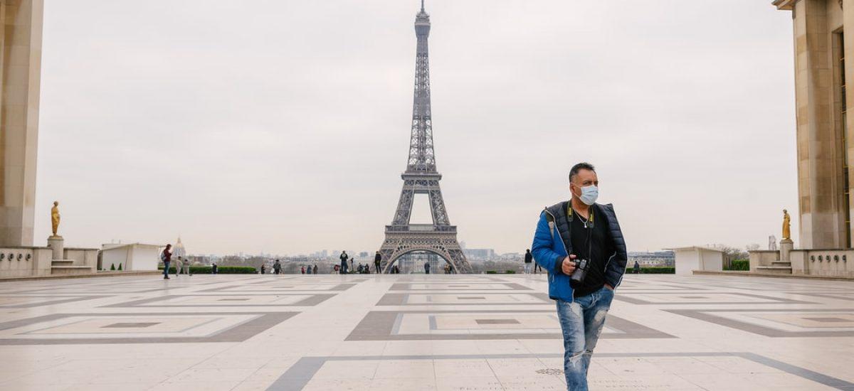 Chodec pri Eiffelovej veži v Paríži