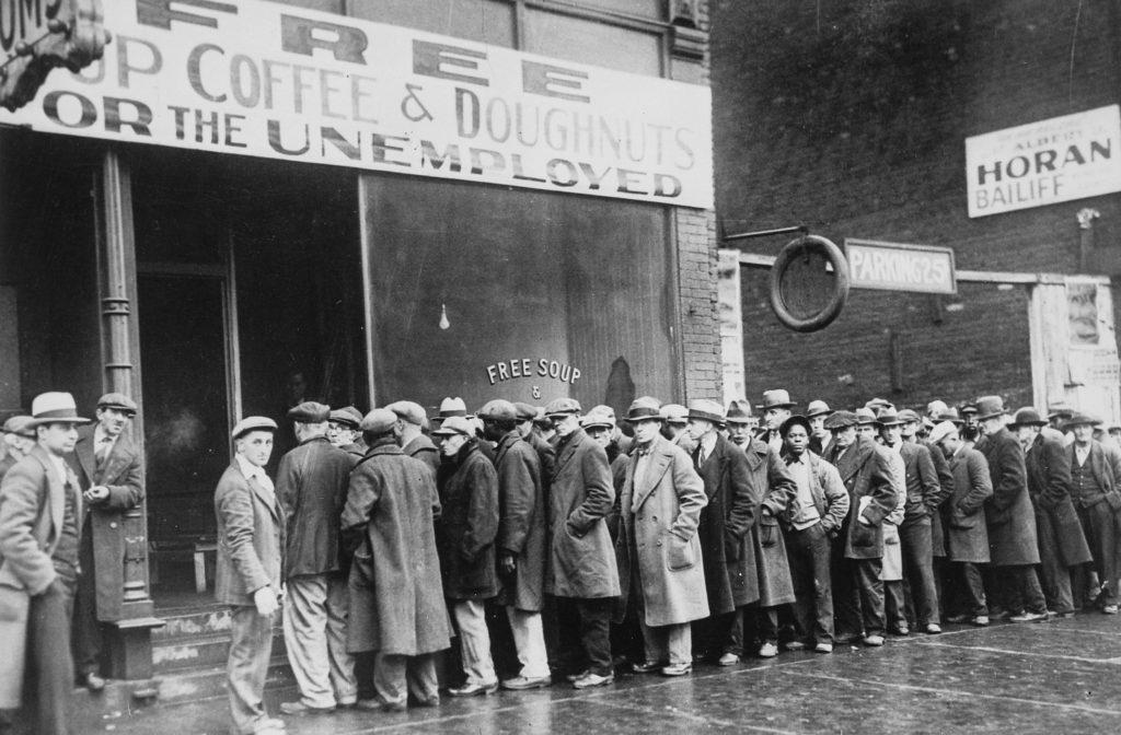 Ľudia stoja rad na polievku zadarmo