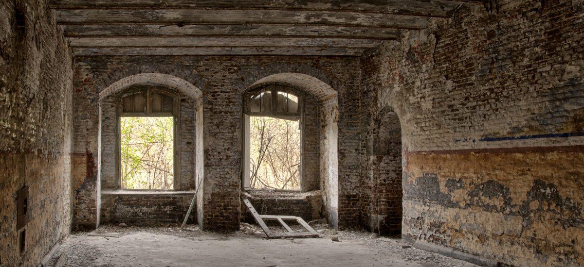 zničená budova kaštieľa