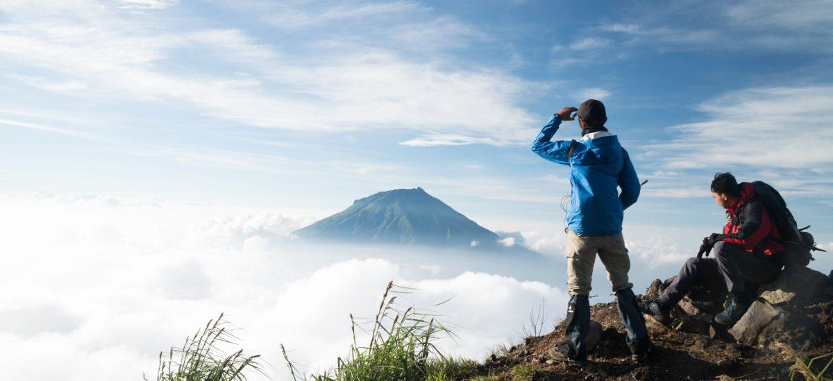 Muž sa pozerá na hory v diaľke