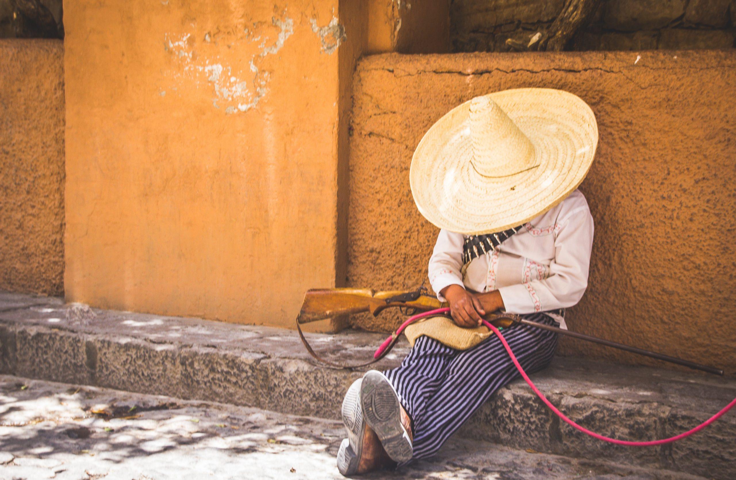 Mexičan v klobúku spí na ulici