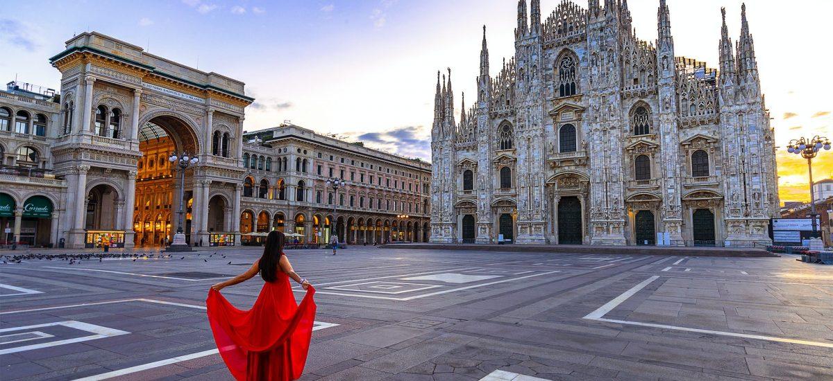 Žena v sukni na námestí v Miláne