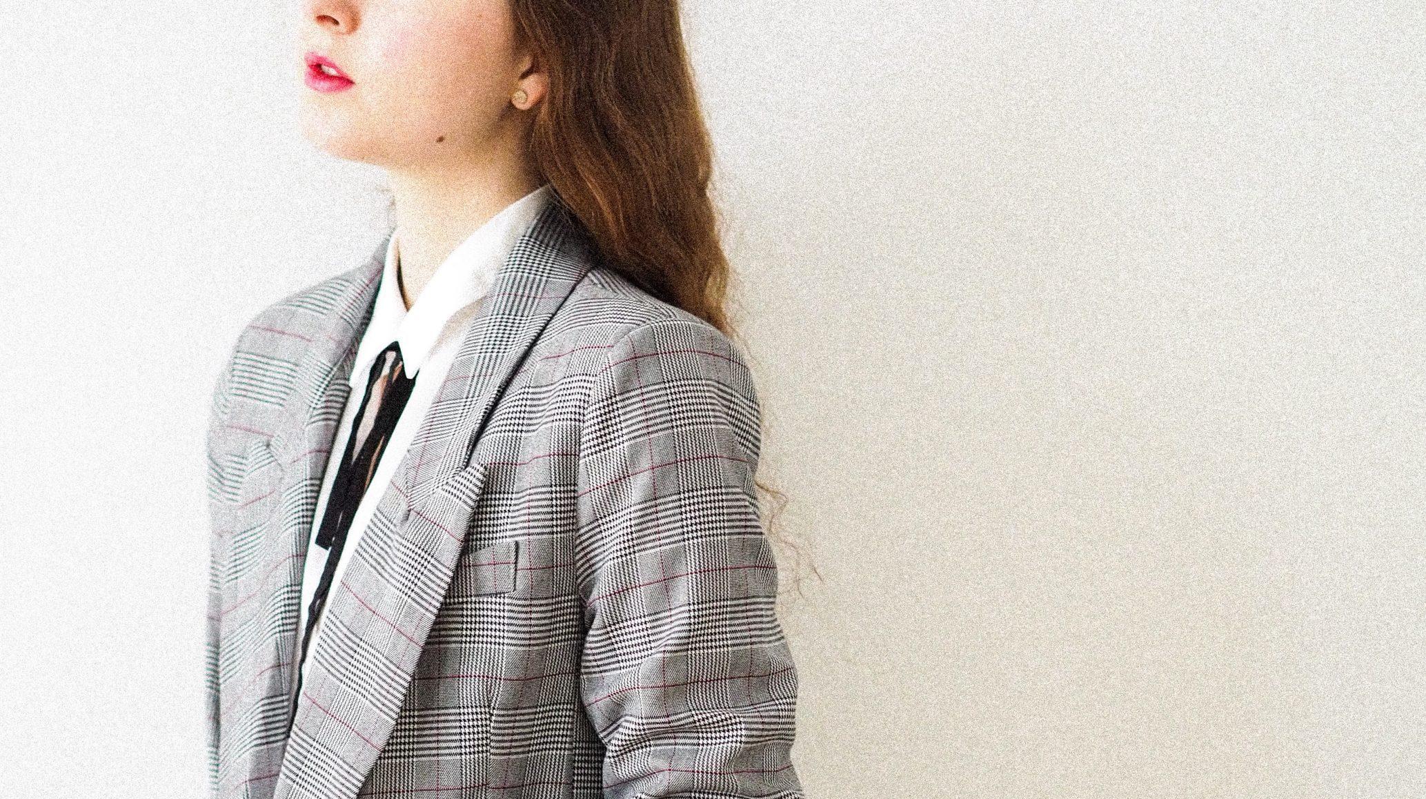 Žena v obleku