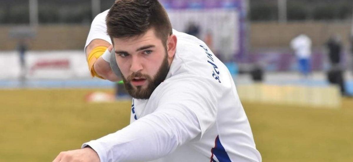 Adrián je slovenským atlétom.