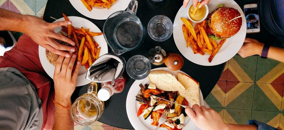 variácia jedál - hamburgery, hranolky, sendviče