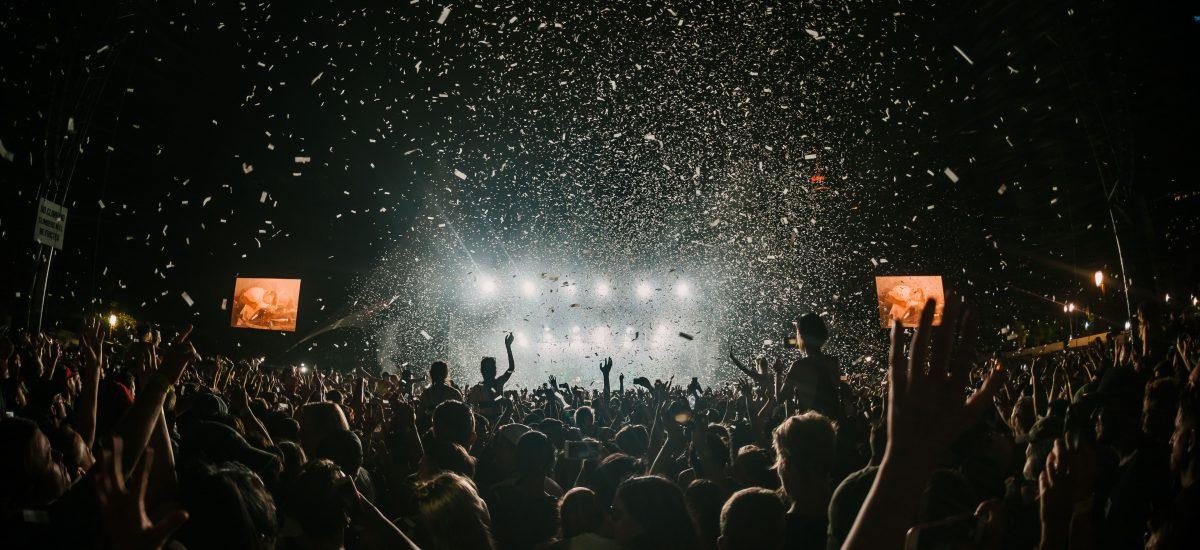 Ľudia sa zabávajú na festivale