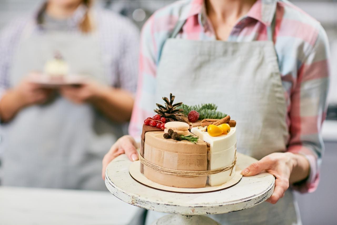 žena s tortou
