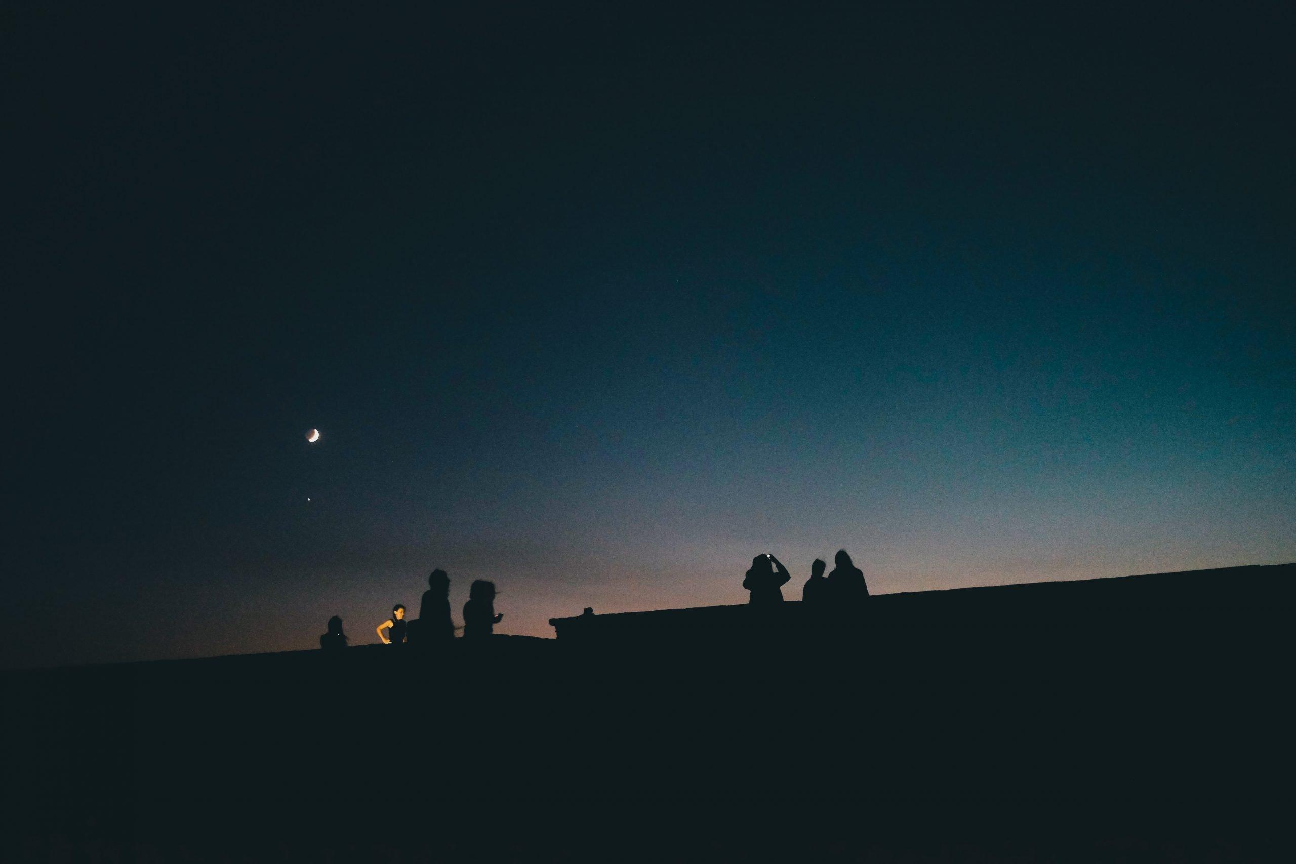 Ľudia sledujú nočnú oblohu
