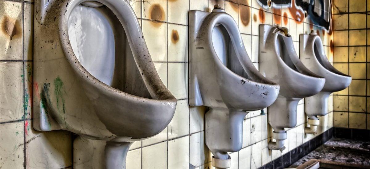 Záchody v opustenej budove