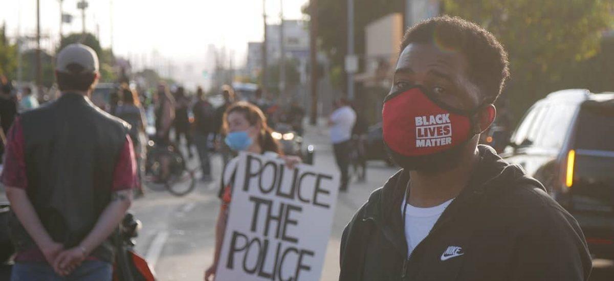 Afroameričan protestujúci v amerických uliciach