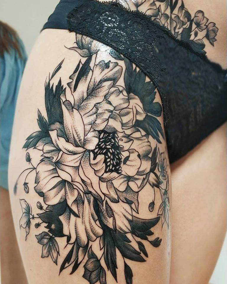 Tetovanie kvetov na stehne