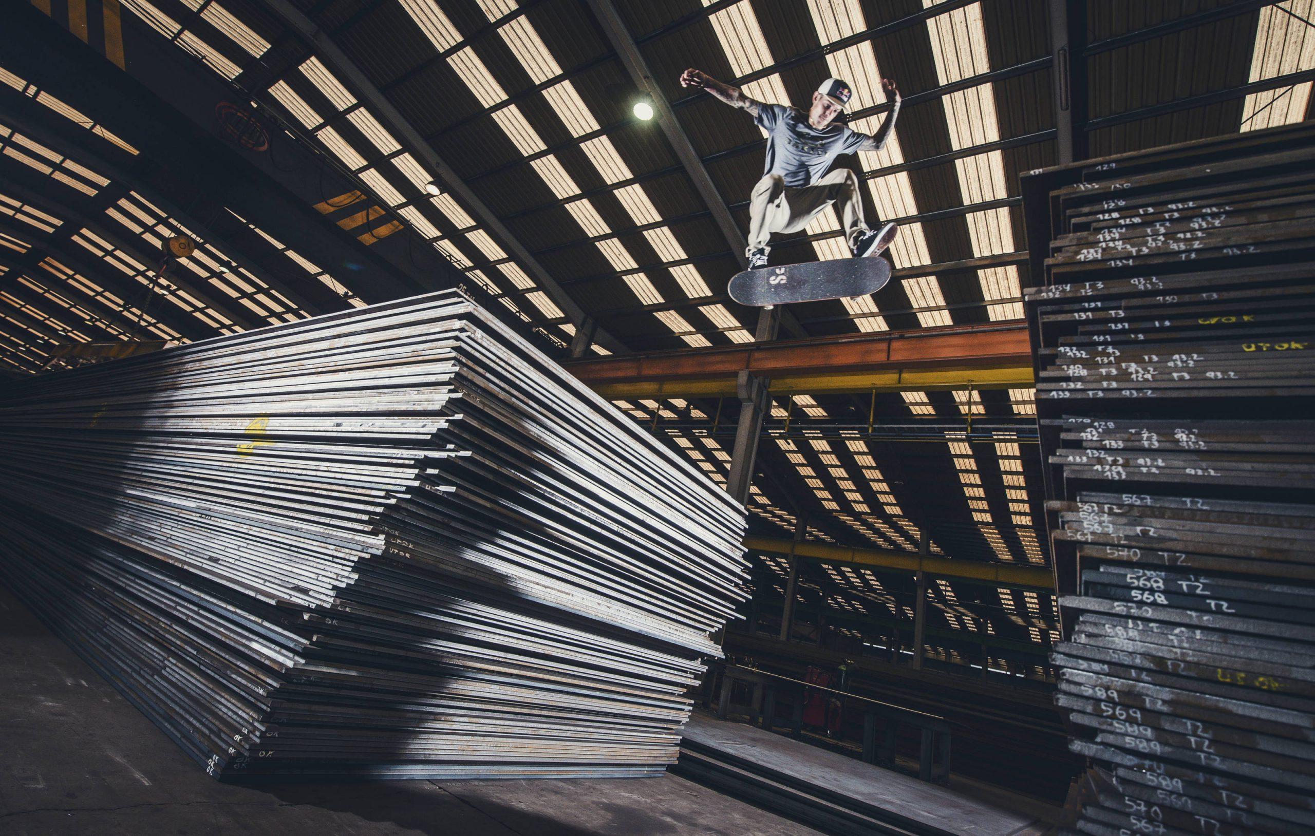 Ryan Sheckler pri preskosku v továrni na veterné turbíny