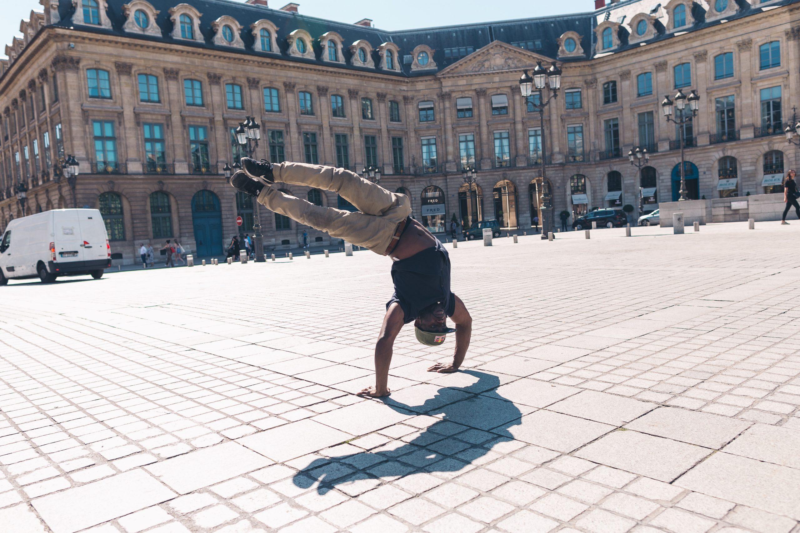B-Boy Junior vystupuje v Paríži počas turistickej prehliadky