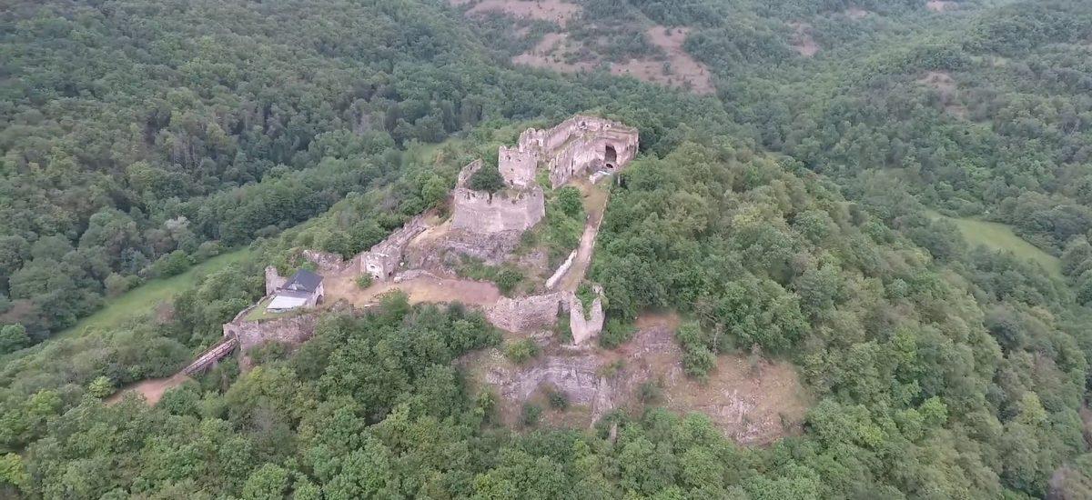 Vychutnaj si pohľad na hrad Čabraď z dronu.