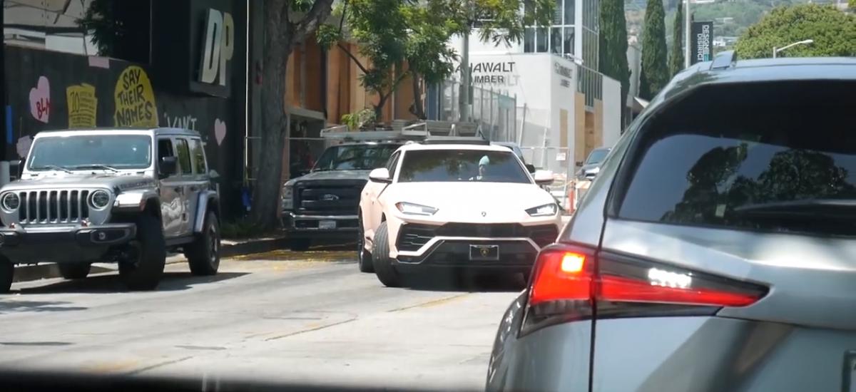 Justin Bieber vo svojom Lamborghini Urus