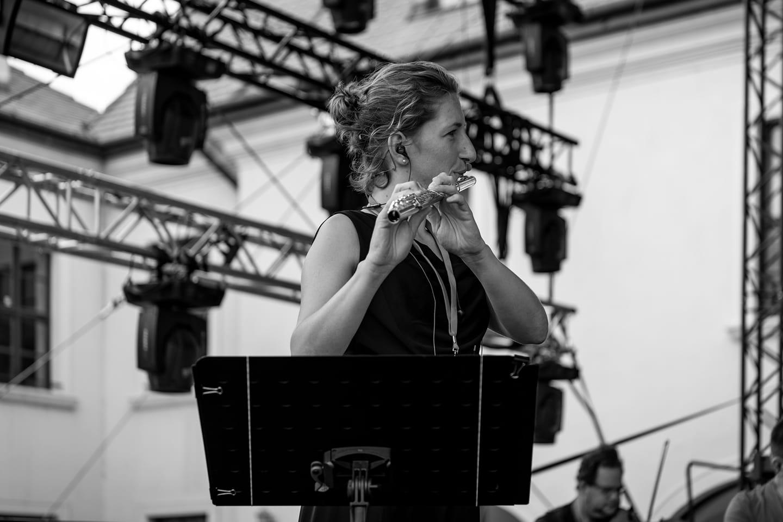 Veronika sa živí hrou na flautu