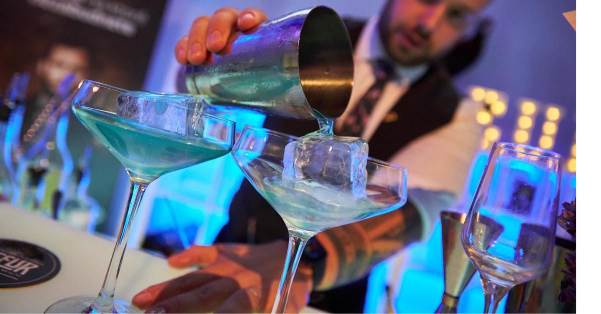 Barman pripravujúci drink