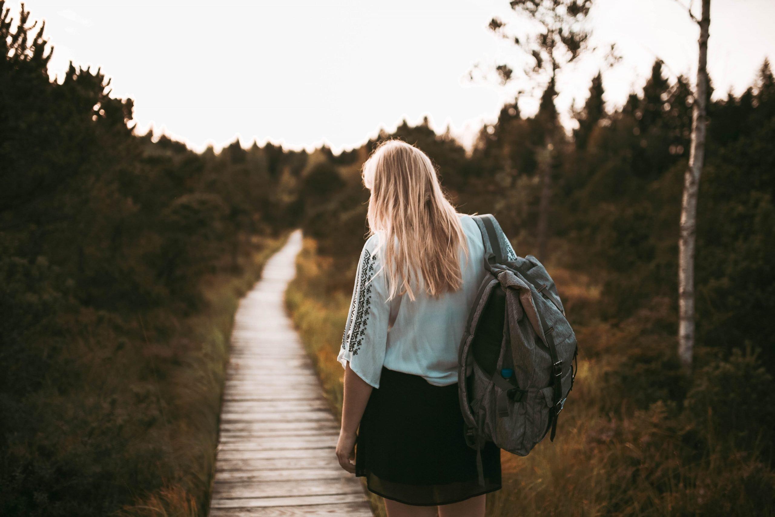 Žena s batohom na ceste
