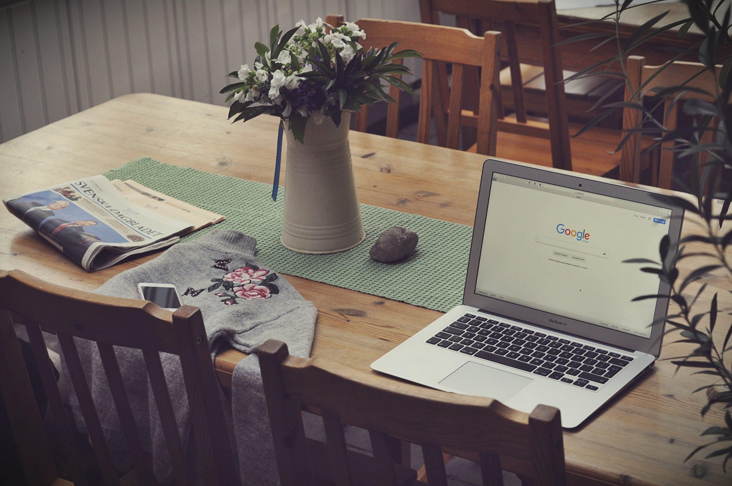 Pracovný stôl s notebookom