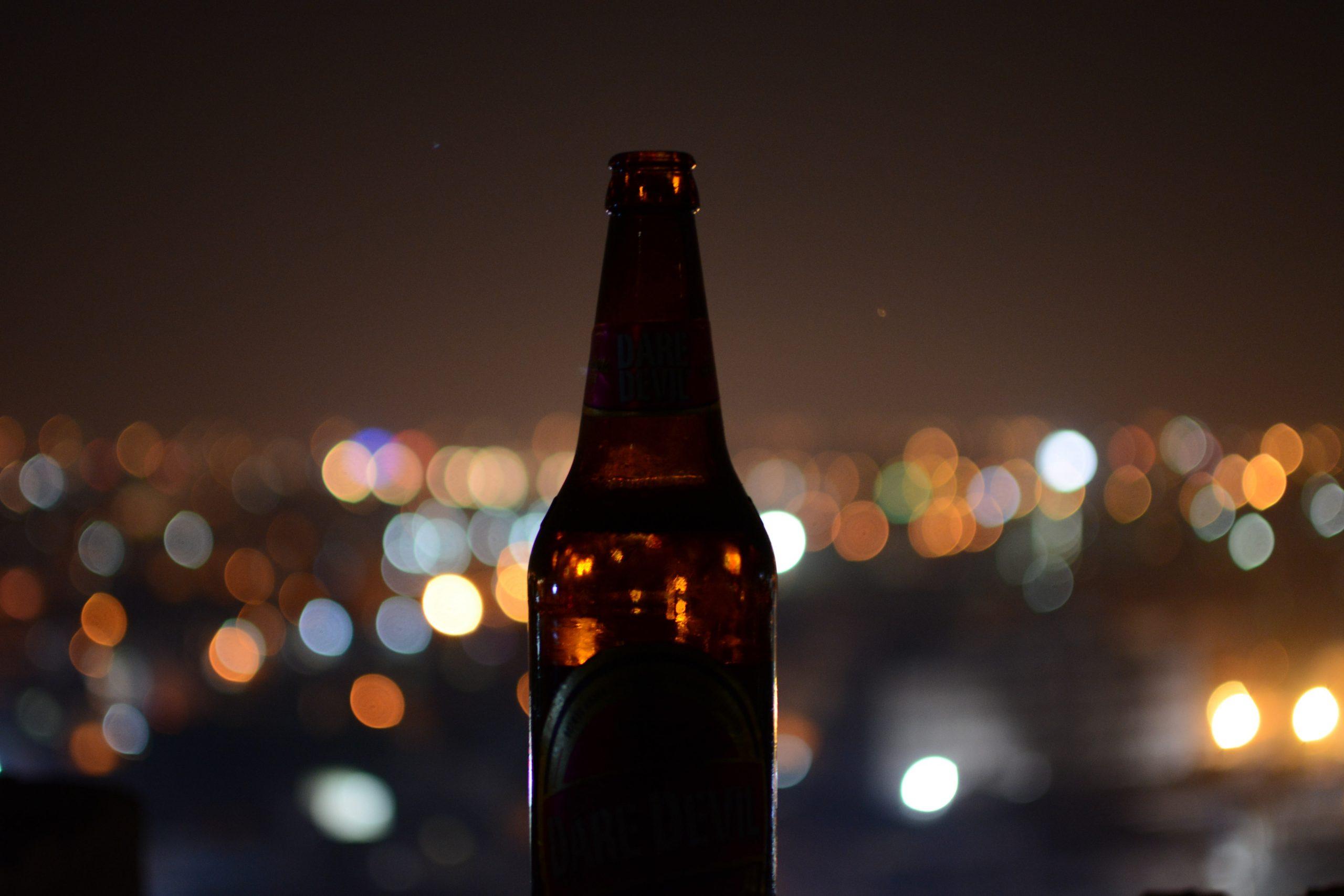 mesto v pozadí prázdnej fľašky