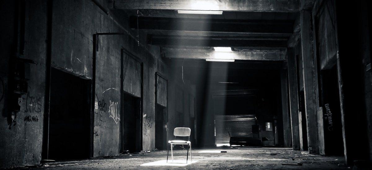 Pohľad na prázdnu halu so stoličkou