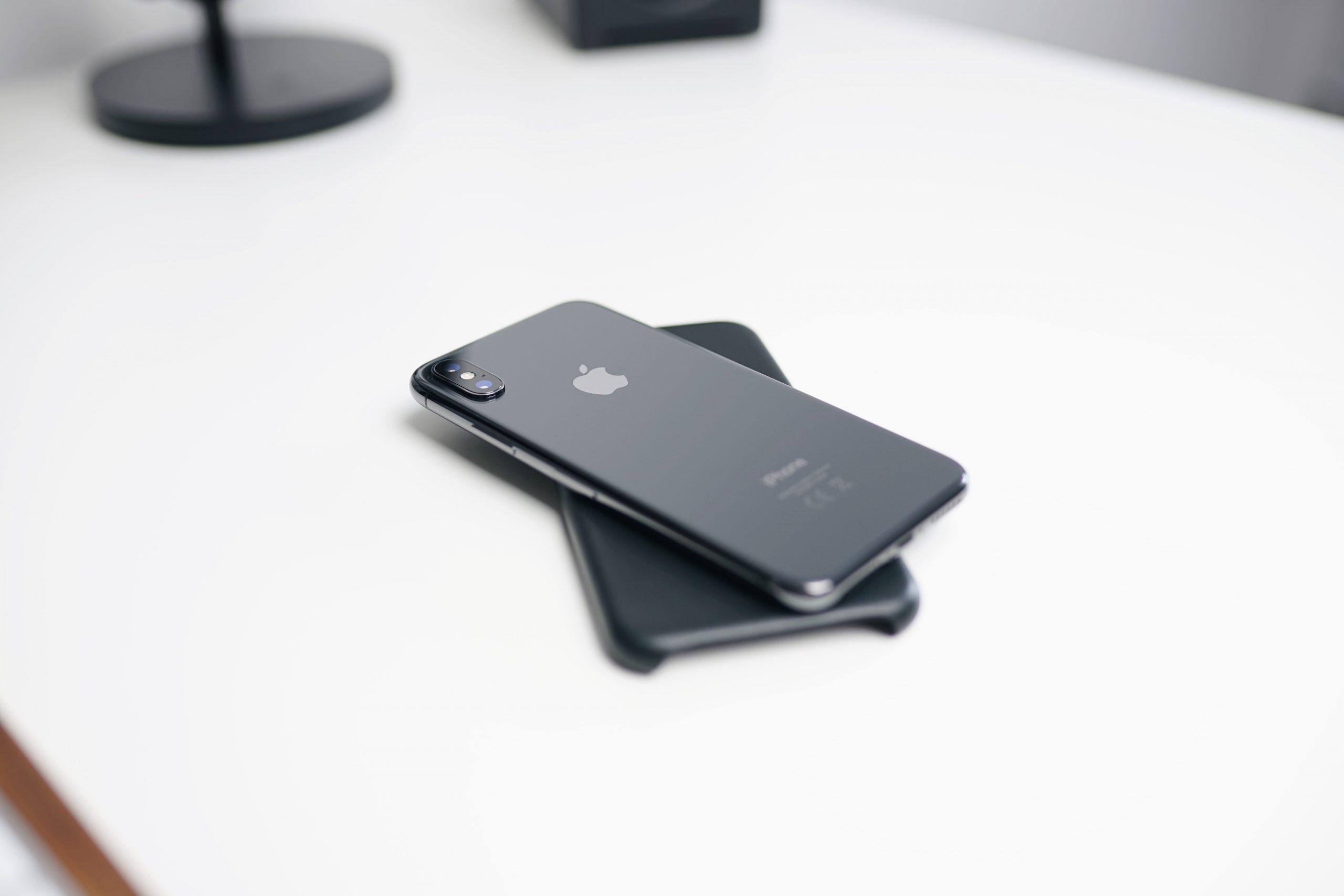Iphone na bielom stole