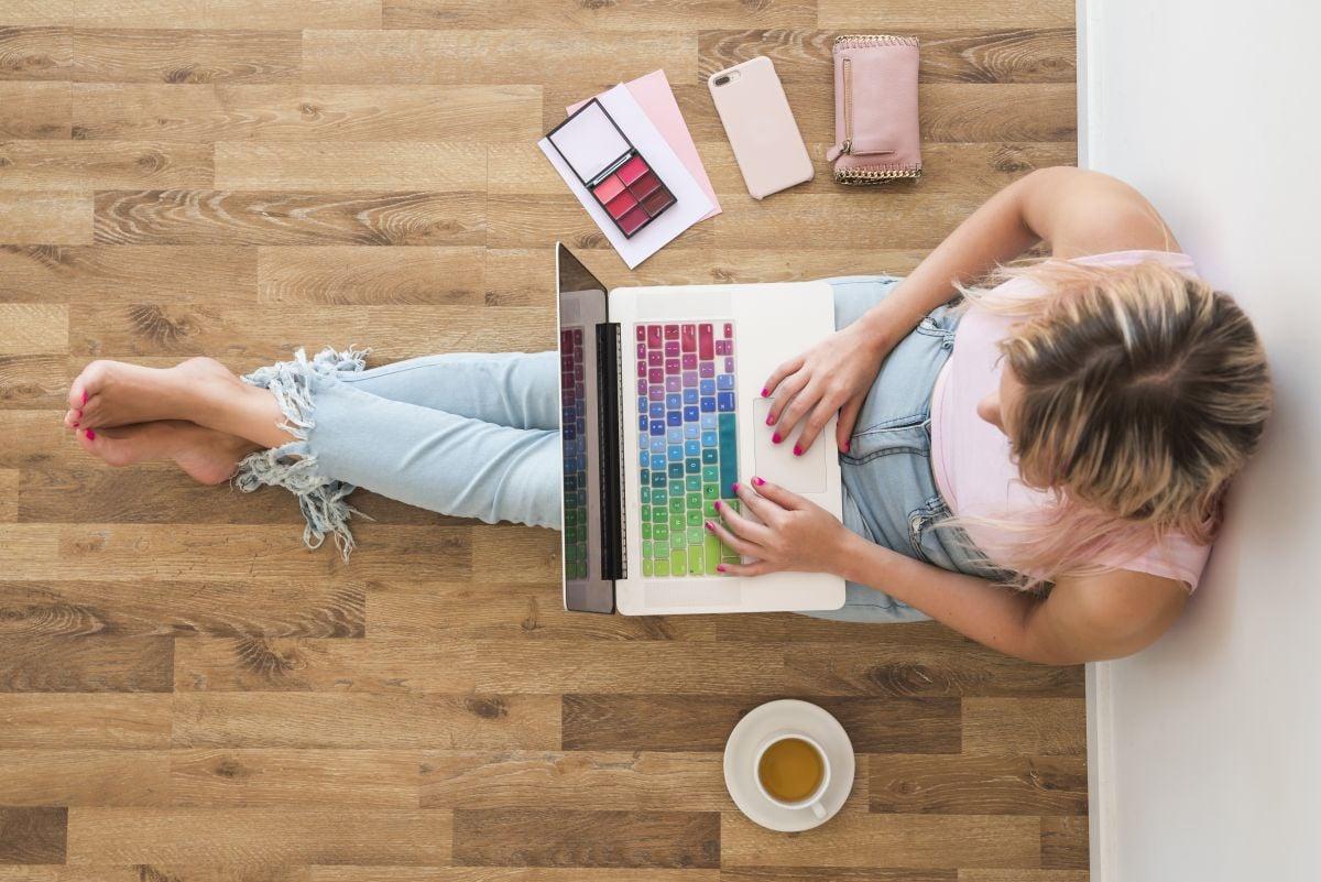 žena za počítačom