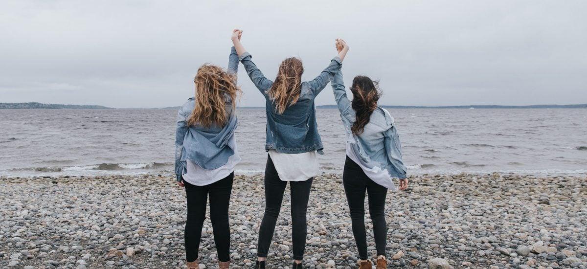 Trojica žien na pobreží