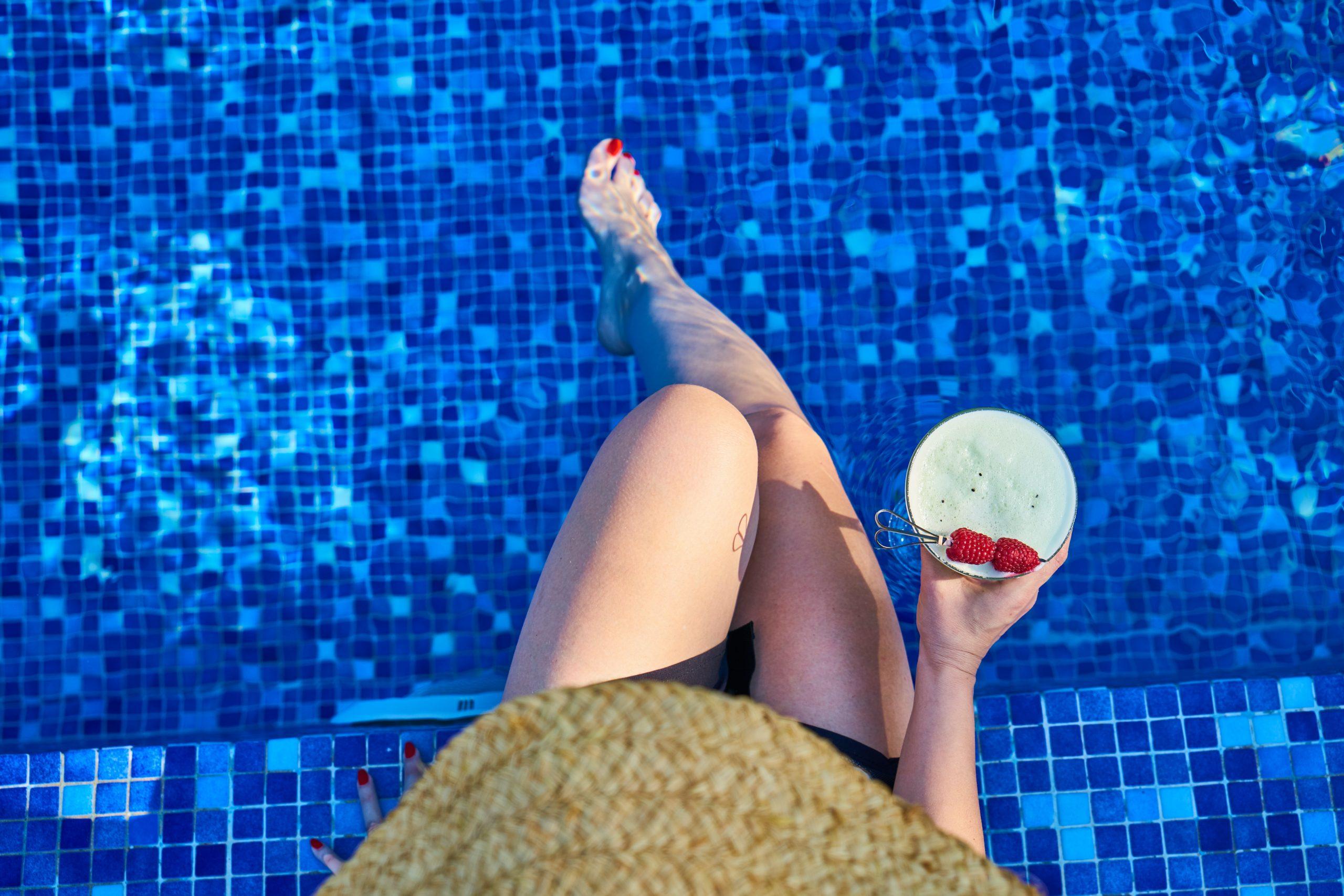 žena pri bazéne