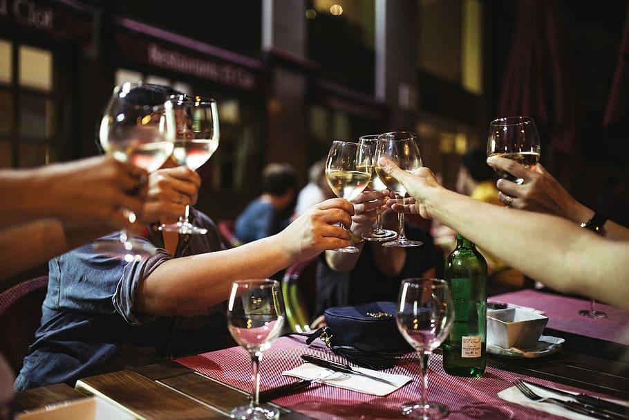 Pripíjanie si s pohármi vína